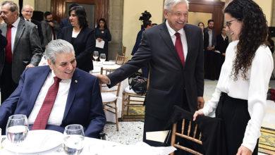 Photo of AMLO se sentó a comer tamales con los líderes sindicales de México